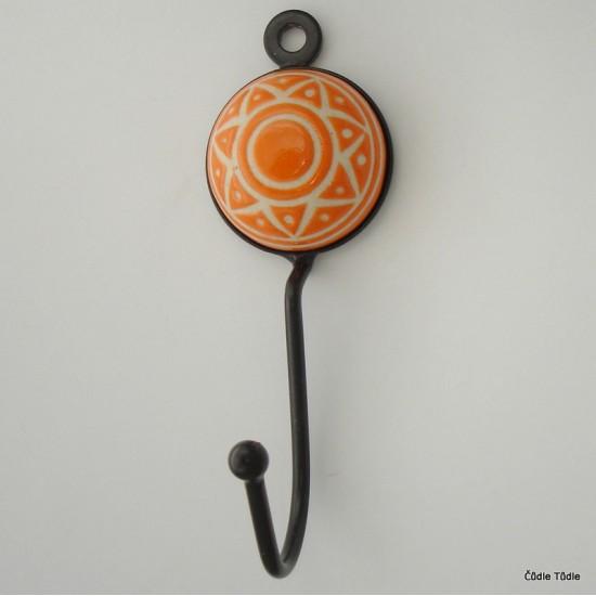 Věšák s oranžovou keramickou ozdobou