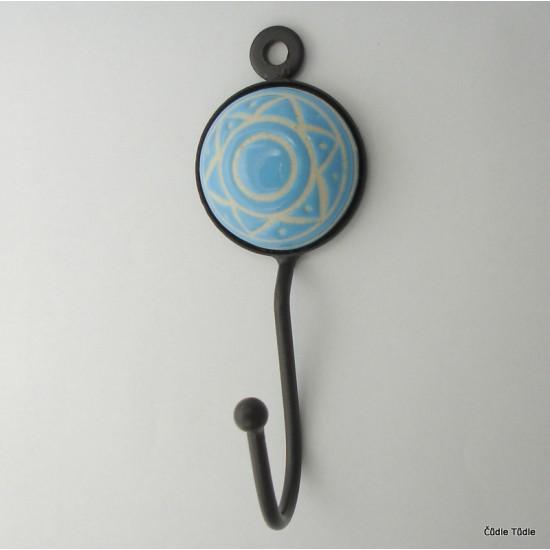 Věšák se světle modrou keramickou ozdobou