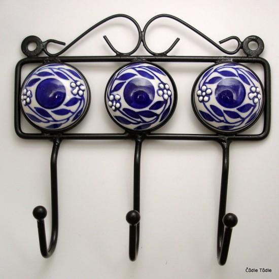Věšák se třemi  keramickými ozdobami