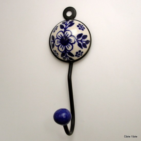 Věšák s bílou keramickou ozdobou s tmavě modrou kresbou