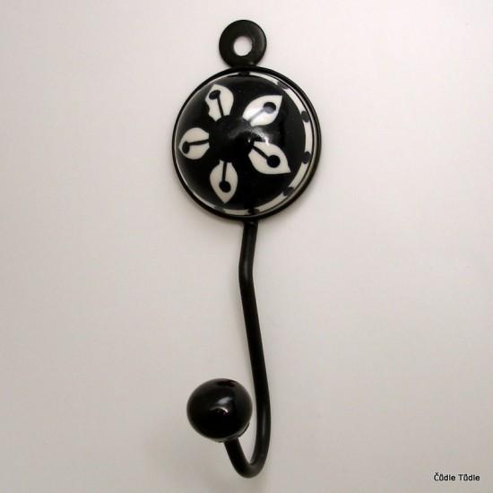 Věšák s bílou keramickou ozdobou s černou  kresbou