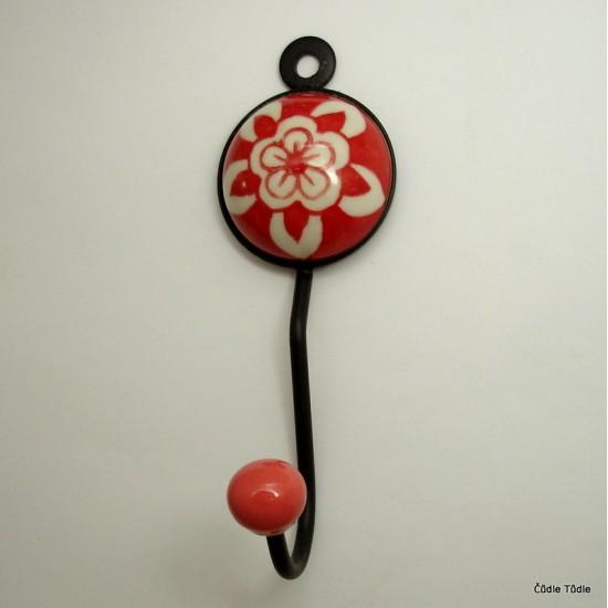 Věšák s červenou keramickou ozdobou