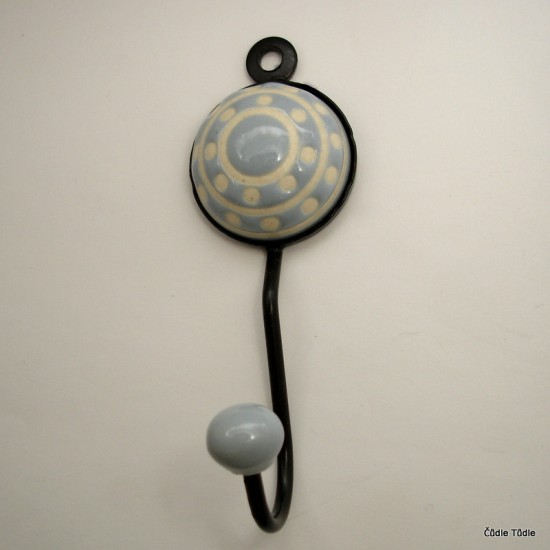 Věšák s šedou keramickou ozdobou